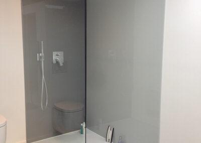 wandverkleidung in der dusche grau