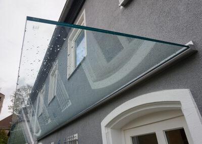 glasvordach eingespannt klar