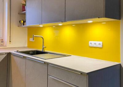 kuechenrueckwand gelb lackiert