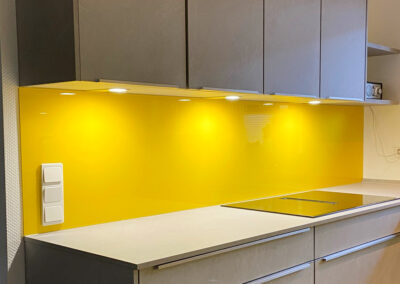 kuechenrueckwand gelb lackiert 1